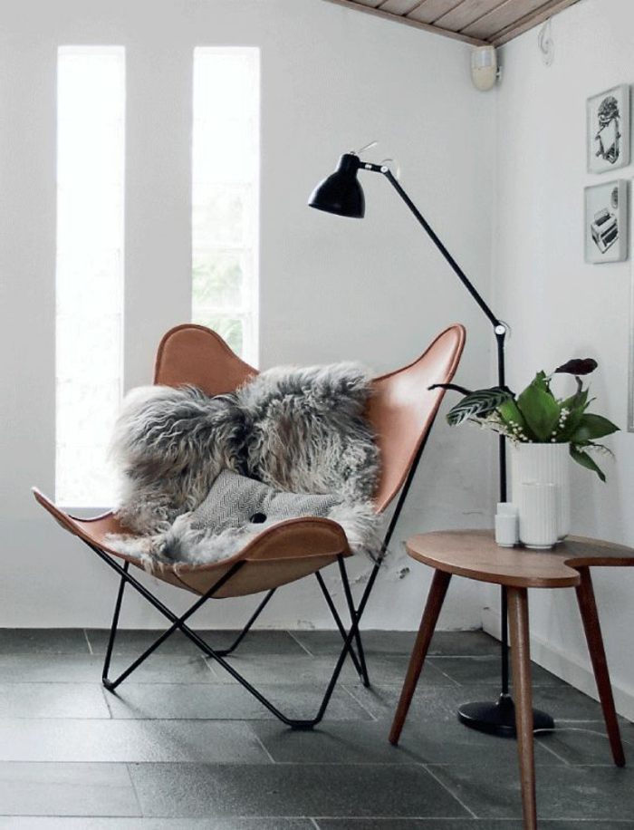 fauteuil-de-lecture-en-cuir-pour-le-salon-moderne-avec-carrelage-gris-une-chaise-en-cuir-foncé