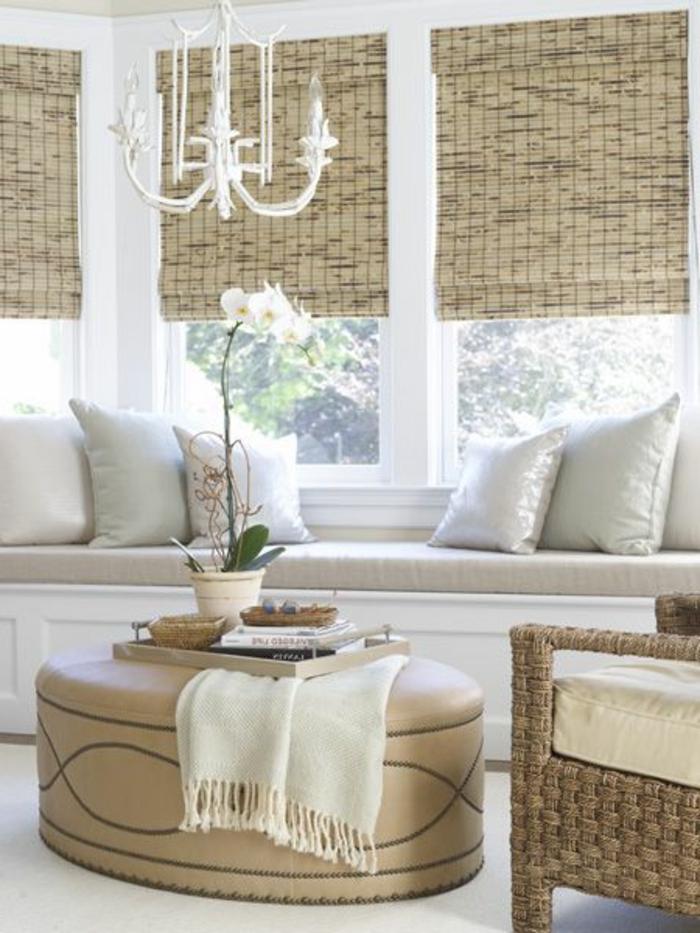 fauteuil-en-bambou-clair-et-canapé-beige-dans-le-salon-meubles-en-bambou