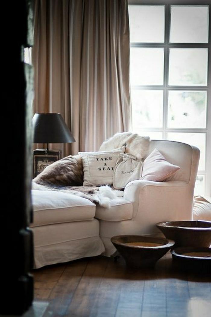 fauteuil-relaxation-ikea-pour-le-salon-avec-rideaux-beiges-ongs
