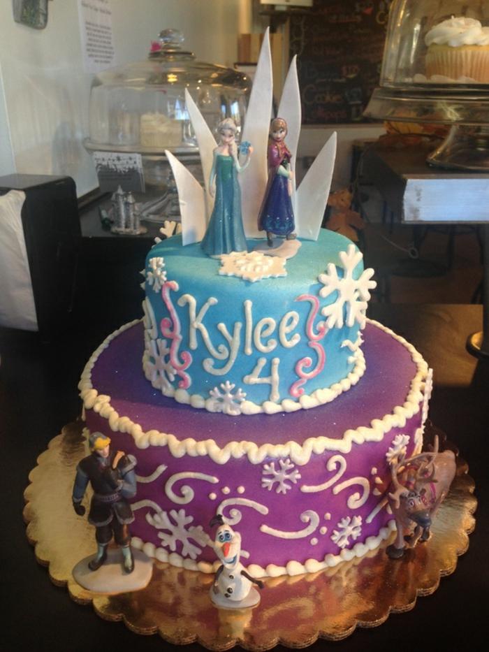 gâteau-reine-des-neiges-photo-sur-gateau-elsa-et-anna-figurine-pate-a-sucre-idées