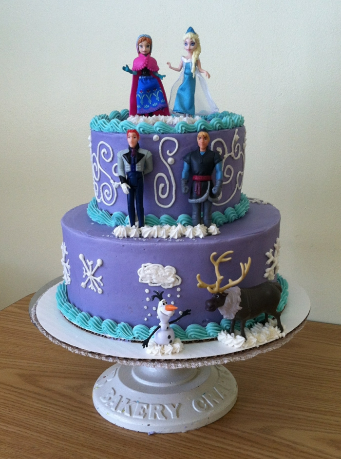gâteau-reine-des-neiges-photo-sur-gateau-elsa-et-anna-figurine-pate-a-sucre-violet