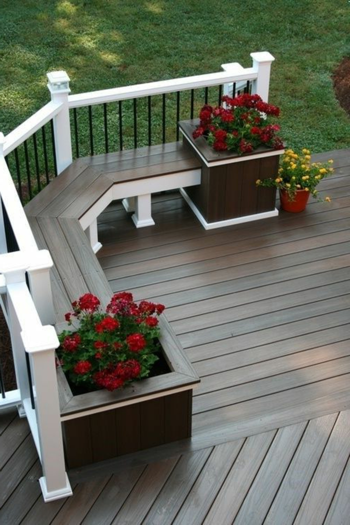 garde-corps-castorama-en-bois-et-fer-forge-jardin-avec-fleurs-et-pelouse-verte-devant-la-maison