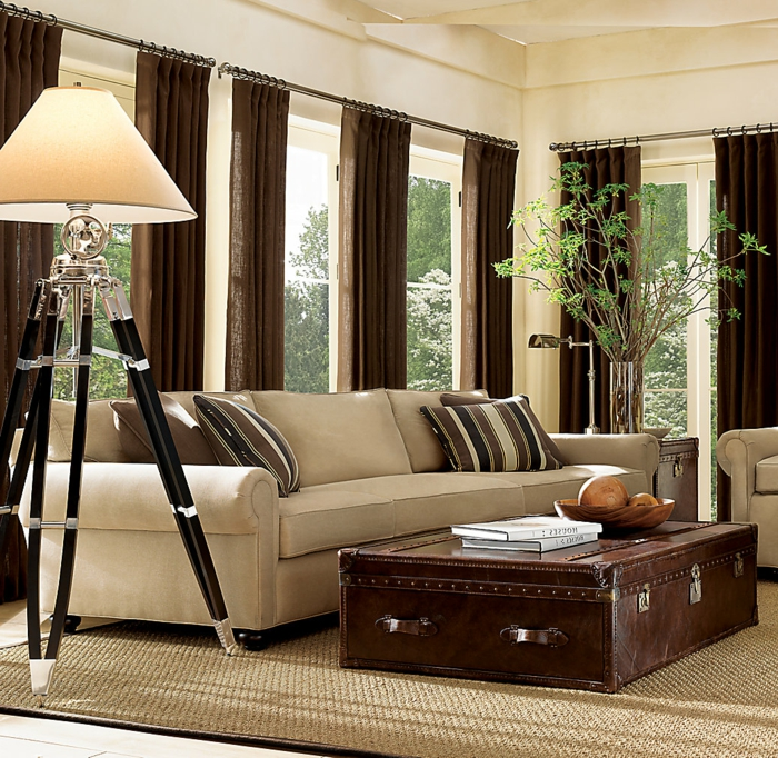 grand-tapis-pas-cher-pour-votre-salle-de-séjour-bien-aménagée-à-la-table-basse-de-vieux-valise-salon-de-classe