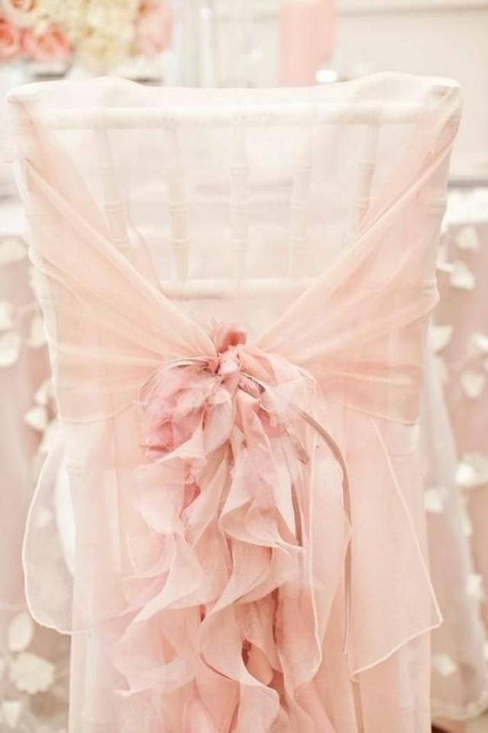 hausse-de-chaise-mariage-pas-cher-avec-une-jolie-decoration-voilage-blanc
