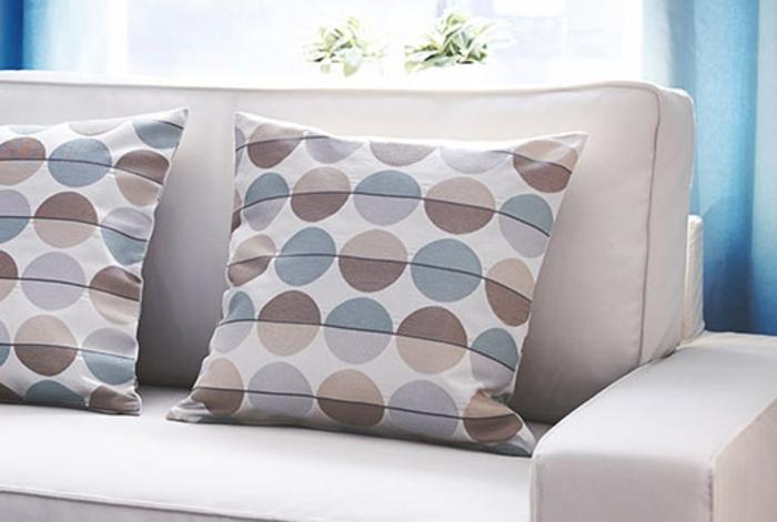 housse-coussin-40x40-aux-points-colorés-et-un-joli-canapé-gris