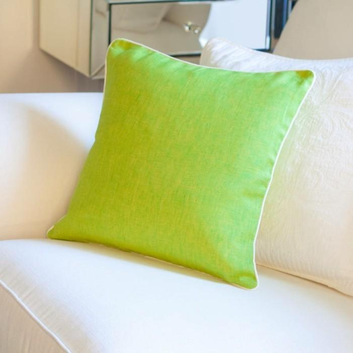 housse-coussin-40x40-vert-pour-le-canapé-beige-dans-le-salon-de-couleur-taupe