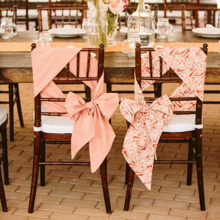 housse-de-chaise-pour-mariage-rose-pas-cher-jetable-avec-ruban-rose-et-chaises-de-mariage