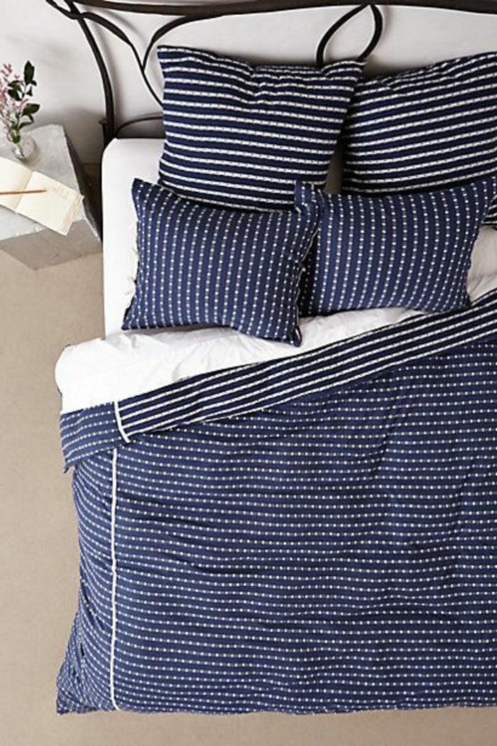 housse-de-couette-240x260-de-couleur-bleu-foncé-et-un-joli-lit-en-fer-forgé-noir