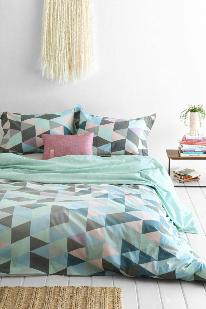 housse-de-couette-carrefour-coloréе-pour-la-chambre-à-coucher-moderne-murs-blancs