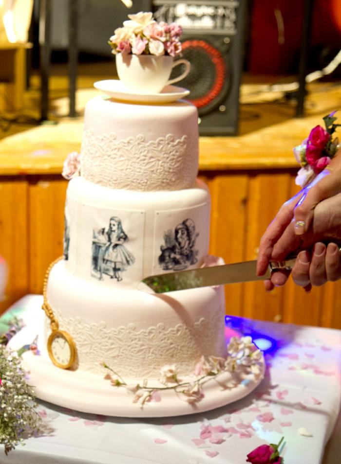 idée-Alice-au-pays-des-merveilles-Disney-dessin-animé-couple-amoureux-mariée