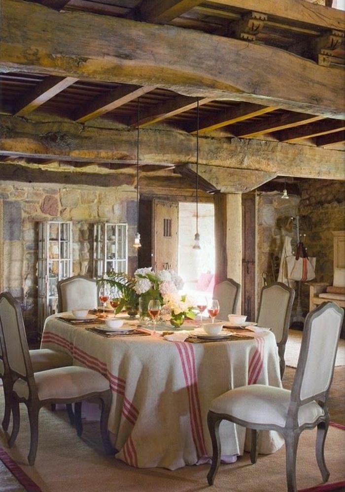 idée-déco-inspiration-table-avec-nappe-en-lin-belle-cuisine-salle-à-manger-rustique