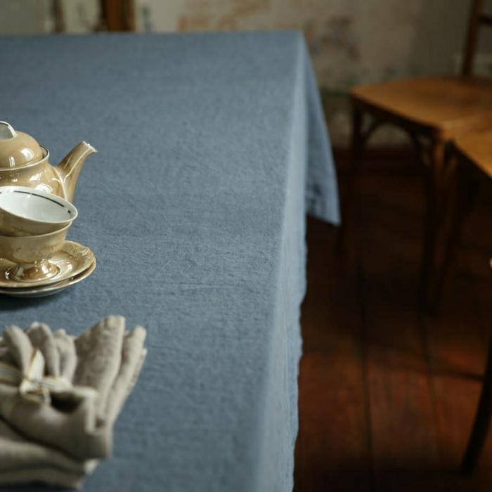 idée-déco-inspiration-table-avec-nappe-en-lin-belle-en-bleu