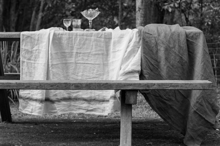 idée-déco-inspiration-table-avec-nappe-en-lin-belle-photo-noir-et-blanc-rustique