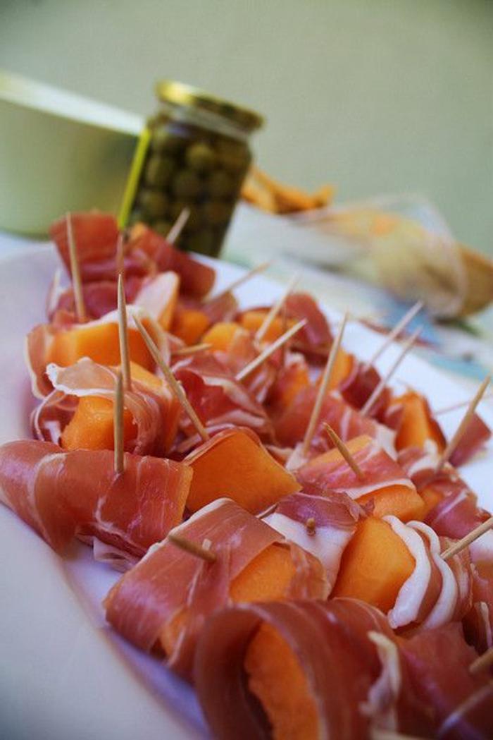 idée-entrée-froide-avec-prosciutto-melon-pour-la-table-quoi-poser-pour-la-table-fete