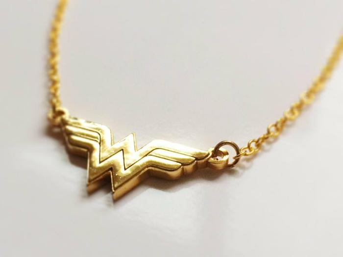 idée-photo-originale-cadeau-anniversaire-femme-idée-cadeau-romantique-super-girl