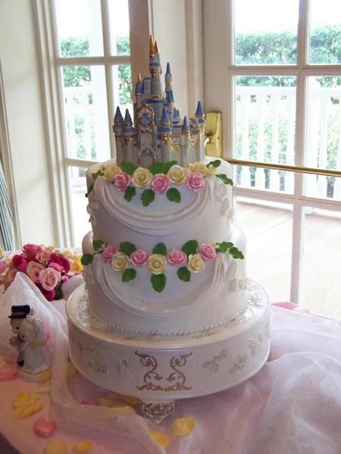 idées-déco-belle-cendrillon-dessin-animé-inspiration-fête-décoration-originale-beau-gâteau-mariage