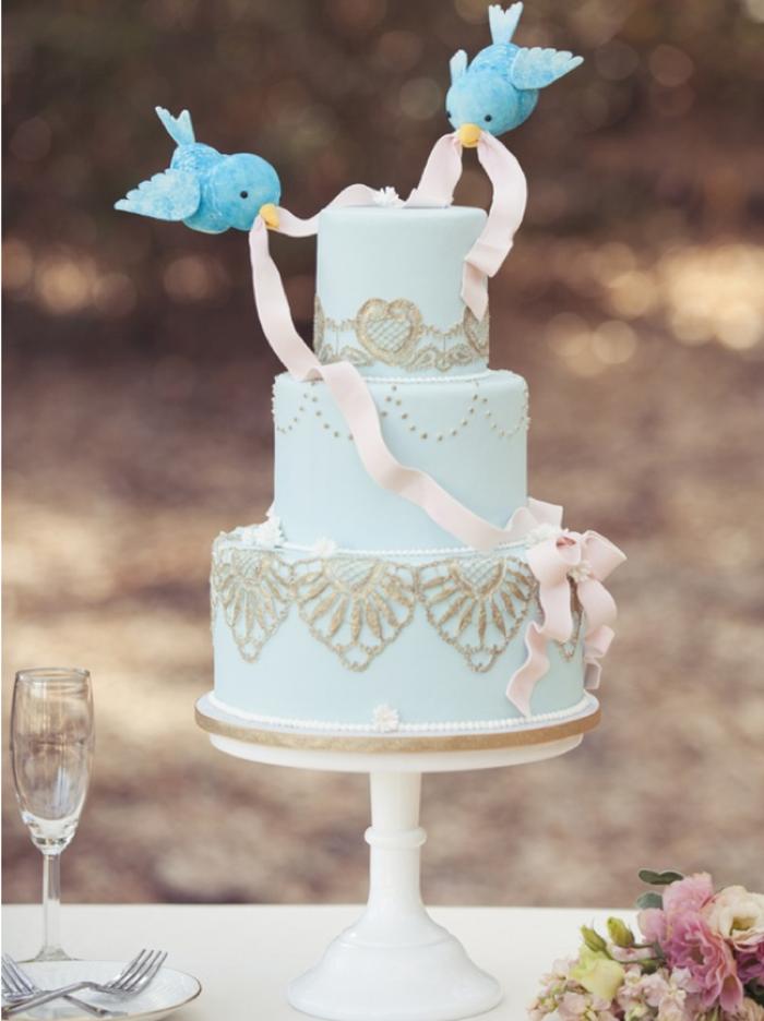 idées-déco-cendrillon-dessin-animé-inspiration-fête-décoration-originale-gâteau-bleu-oiseau