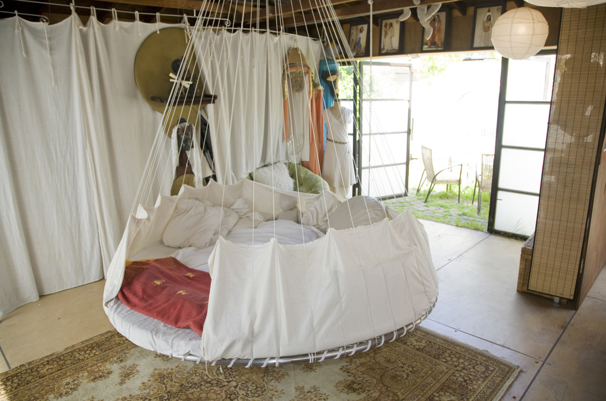 idées-déco-chambre-adulte-complete-lit-chambre-à-coucher-originale-lit-ronde-balancoire