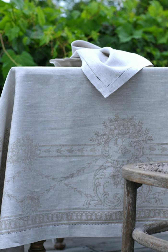 idées-nappe-ronde-lin-nappe-en-lin-table-à-manger-chaise-jardin-arbre-vert