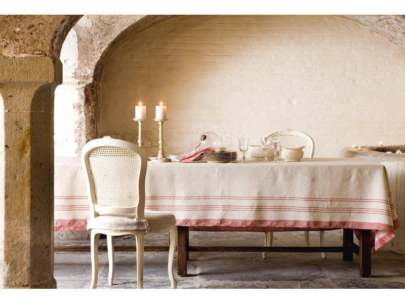 idées-nappe-ronde-lin-nappe-en-lin-table-à-manger-chaises-belle-salle-à-manger-rustique-bougies-cool