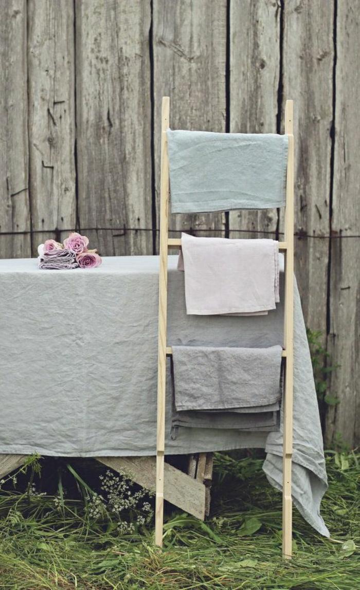 idées-nappe-ronde-lin-nappe-en-lin-table-à-manger-chaises-jardin