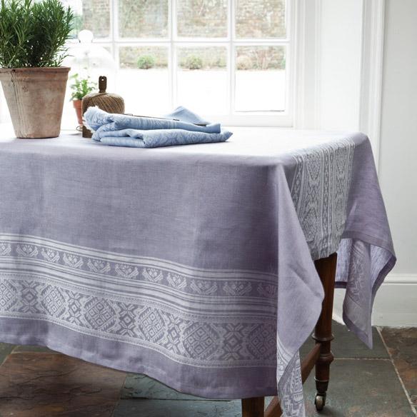 idées-nappe-ronde-lin-nappe-en-lin-table-à-manger-chaises-jolie-violet-nappe-lin