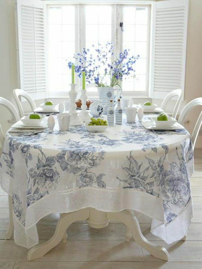 idées-nappe-ronde-lin-nappe-en-lin-table-à-manger-chaises-rangée-fleurs-manger-salle