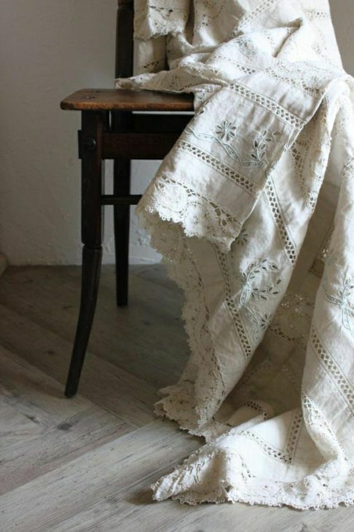 idées-nappe-ronde-lin-nappe-en-lin-table-à-manger-chaises-vintage