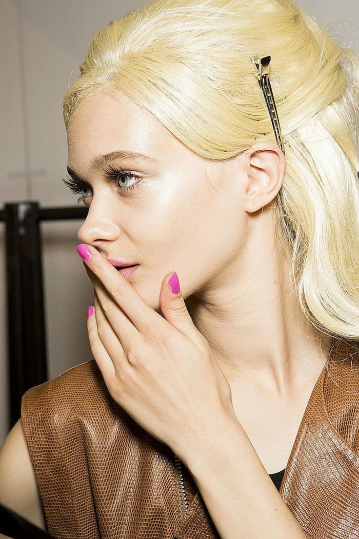 idées-quel-vernis-a-ongle-choisir-la-couleur-beauté-rose-veris-modele-blonde-resized