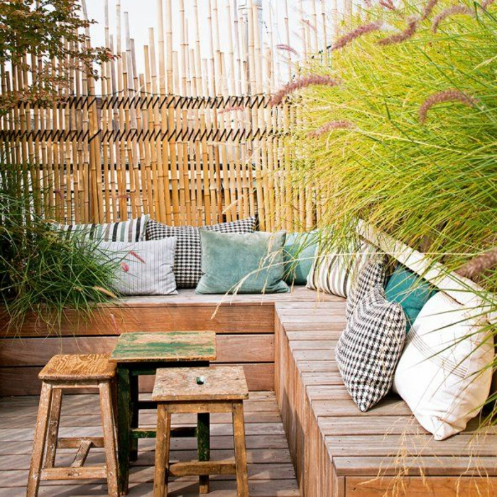idee-amenagement-jardin-avec-un-banc-en-planchers-et-coussins-d-extérieur