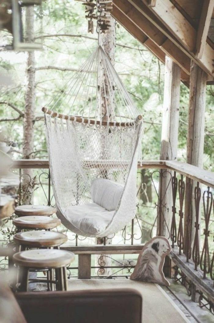 idee-amenagement-jardin-balcon-en-bois-clair-et-chaise-berçante-blanche-pour-la-terrasse
