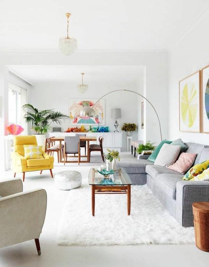 idee-de-deco-salon-tapis-blanc-sol-gris-meubles-colorés-et-peintures-murales-pour-les-murs-blancs
