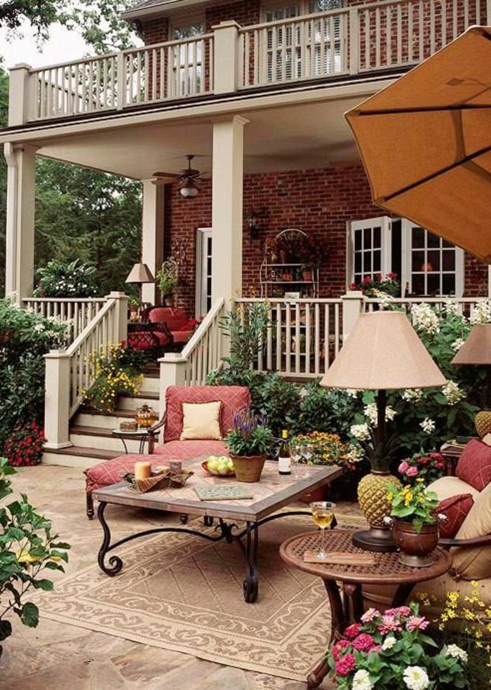 idee-deco-jardin-exterieur-avec-mobiliers-d-extérieur-modernes-dans-le-cour-tapis-d-extérieur