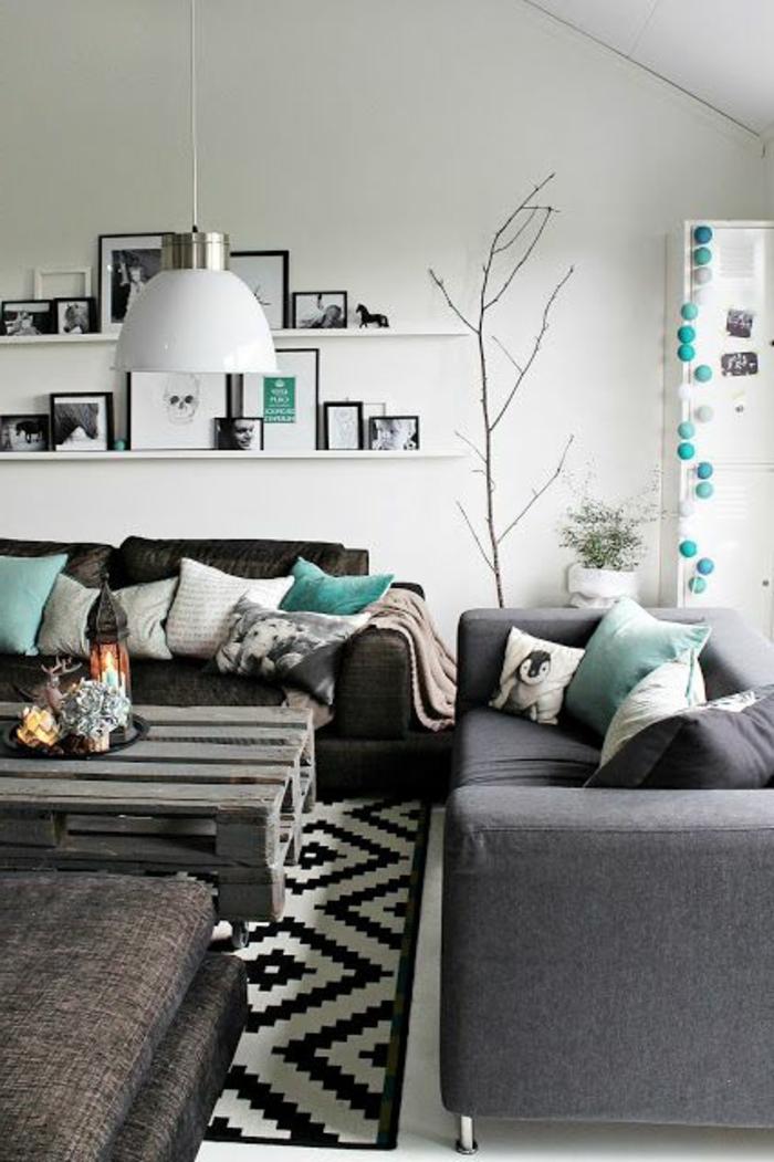 idee-deco-petit-salon-avec-canapé-gris-et-tapis-blanc-noir-avec-mur-blanc-et-arbre-decoratif