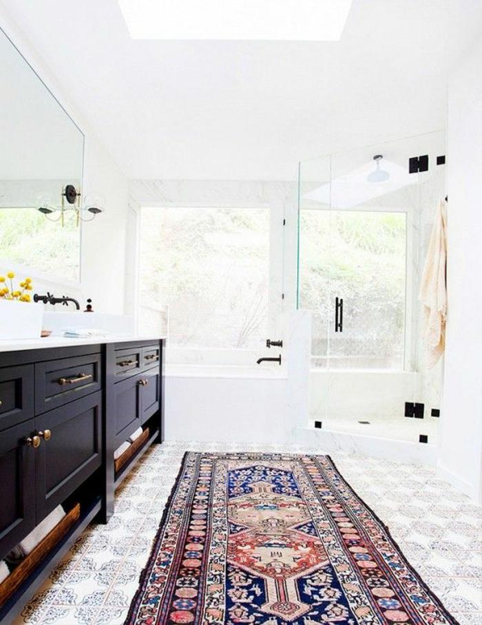 ikea-accessoire-salle-de-bain-avec-un-tapis-rétro-et-carrelage-à-motifs