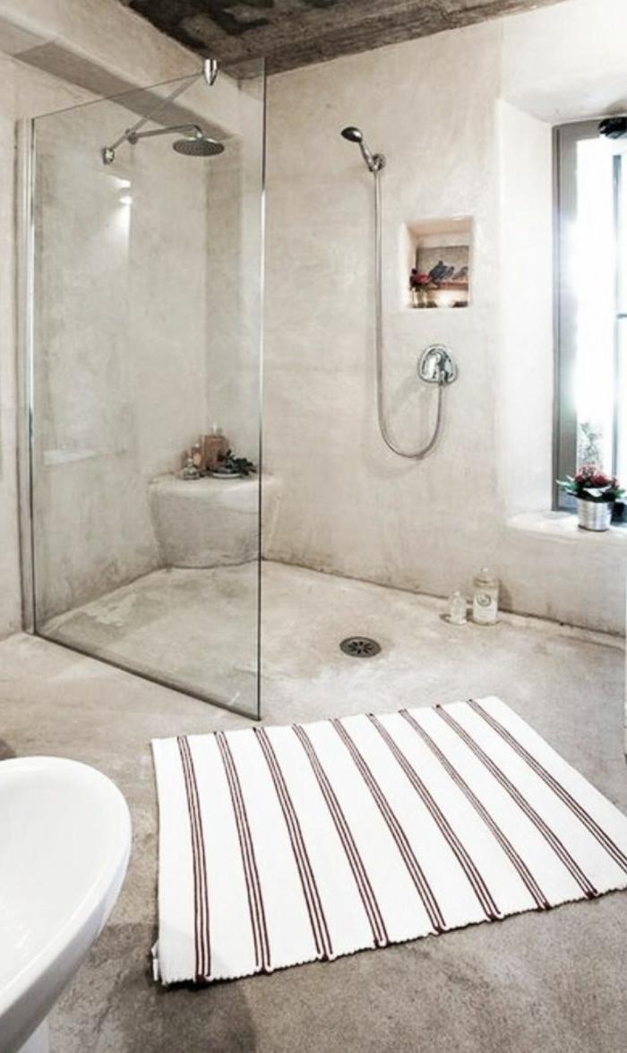 ikea-accessoire-salle-de-bain-gris-avec-un-joli-tapis-de-douche-gris-à-rayures-beiges