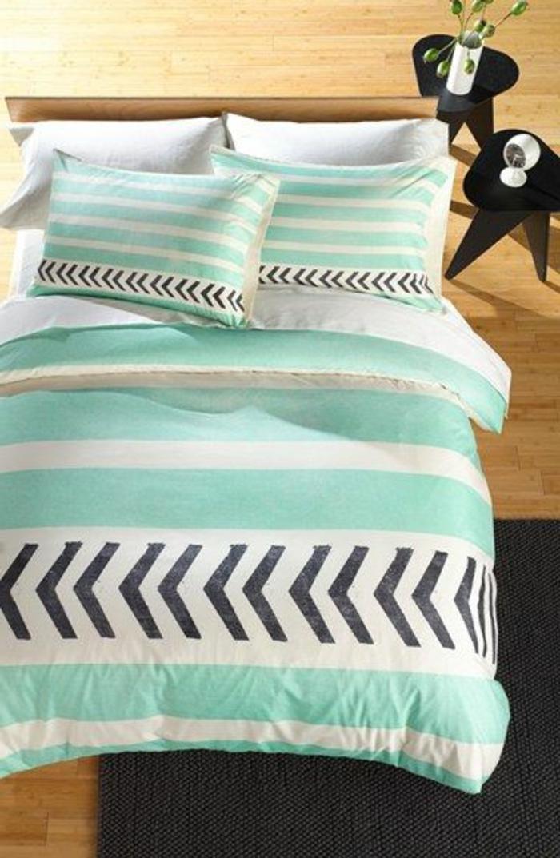 ikea-housse-de-couette-bleu-ciel-dans-la-chambre-à-coucher-et-tapis-noir-parquette-en-bois