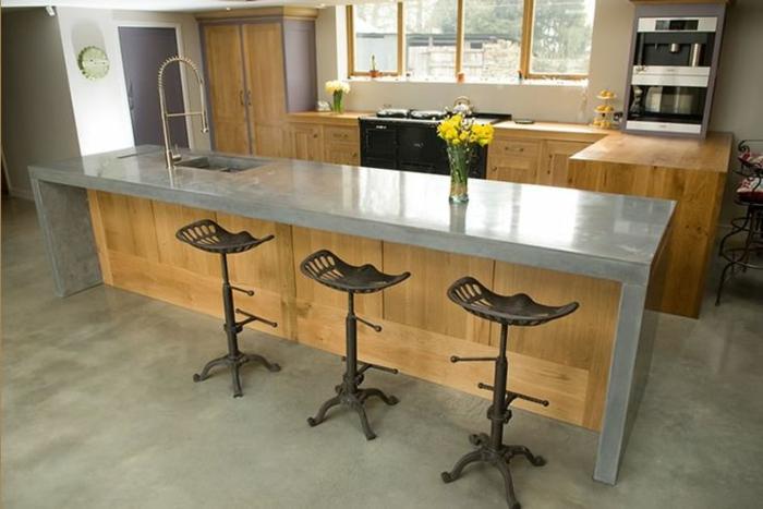 ilot-cetral-de-cuisine-avec-sol-en-béton-citré-et-meubles-de-cuisine-en-bois-massif