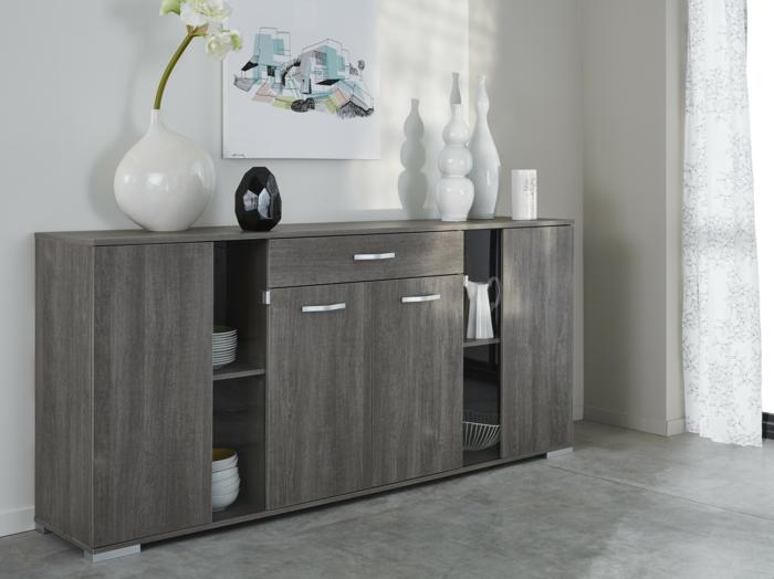 joli-bahut-moderne-de-couleur-gris-pour-le-salon-contemporain-avec-rideaux-longs-sol-en-carrelage-gris