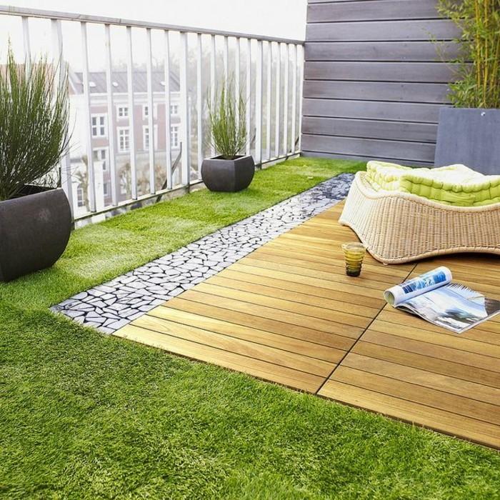 joli-balcon-avec-fausse-peloouse-verte-pour-la-terrasse-et-meubles-en-rotin