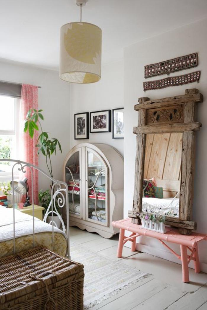 joli-banc-de-couleur-rose-murs-blancs-lustre-beige-meubles-bambou-dans-la-chambre-à-coucher