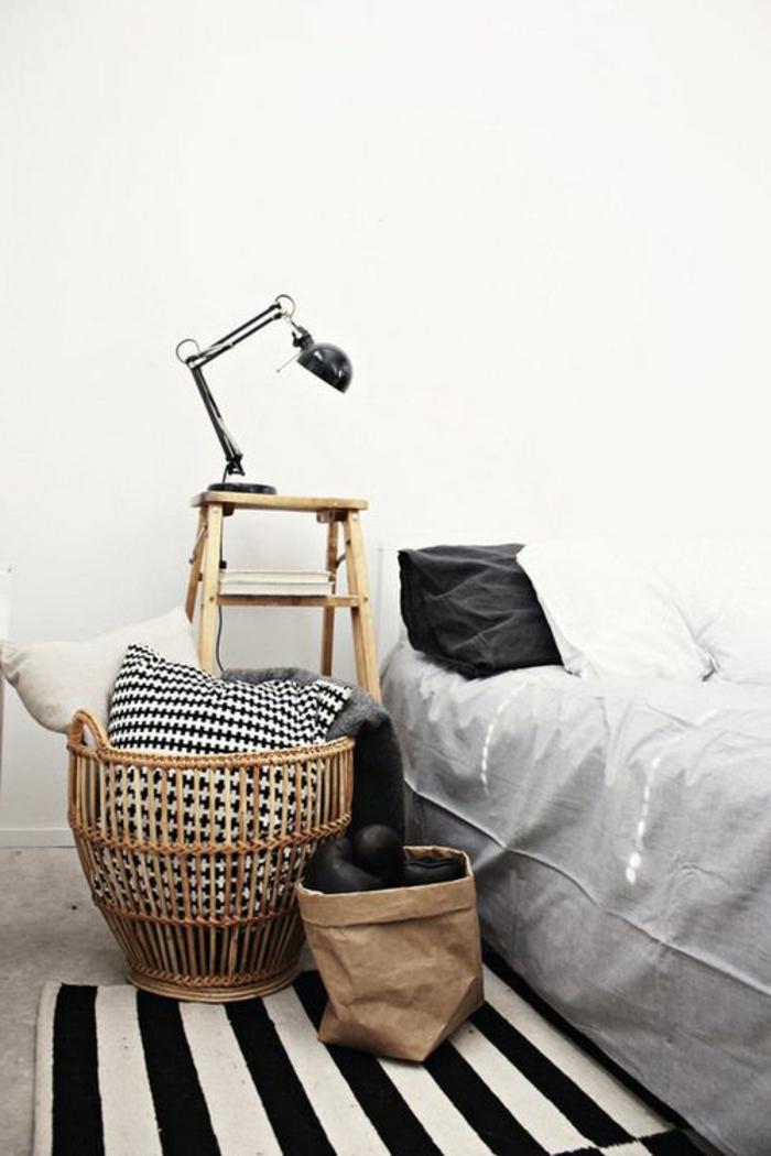 joli-coffre-en-bambou-pour-la-chambre-à-coucher-avec-tapis-a-rayures-blanches-noires
