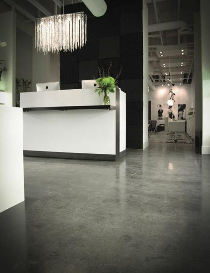 joli-entré-avec-sol-en-béton-citré-gris-et-meubles-blancs-noirs-mur-noir-et-maison-d-esprit-loft
