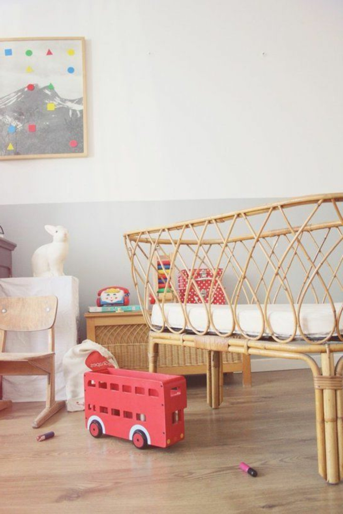 joli-lit-bebe-en-bambou-clair-pour-la-chambre-de-bebe-moderne-avec-murs-blancs