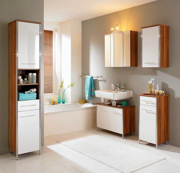 joli-salle-de-bain-de-couleur-taupe-avec-un-tapis-de-douche-blanc-et-carrelage-blanc
