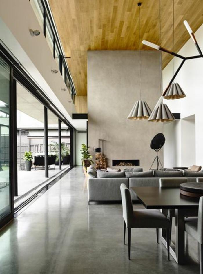 joli-salon-avec-leroy-merlin-beton-ciré-gris-foncé-plafond-en-bois-mur-beige-et-lustres-modernes-beiges