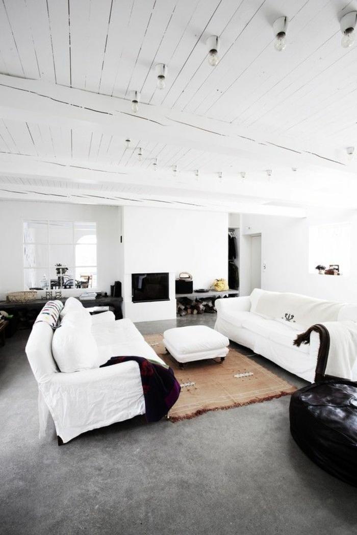 joli-salon-blanc-noir-avec-sol-en-béton-ciré-gris-et-plafond-en-planchers-blancs