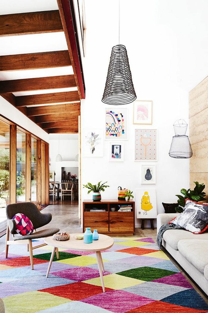 joli-salon-coloré-canapé-gris-idee-de-deco-salon-pas-cher-tapis-coloré-table-de-salon-en-bois