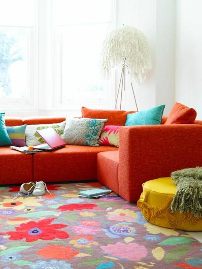 joli-salon-coloré-canapé-orange-avec-coussins-colorés-idee-de-deco-salon-moderne