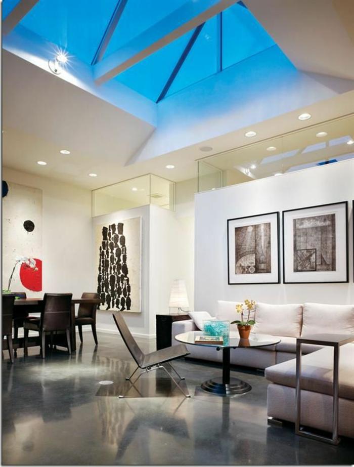 joli-salon-de-luxe-avec-béton-ciré-plan-de-travail-gris-salon-avec-plafond-en-verre